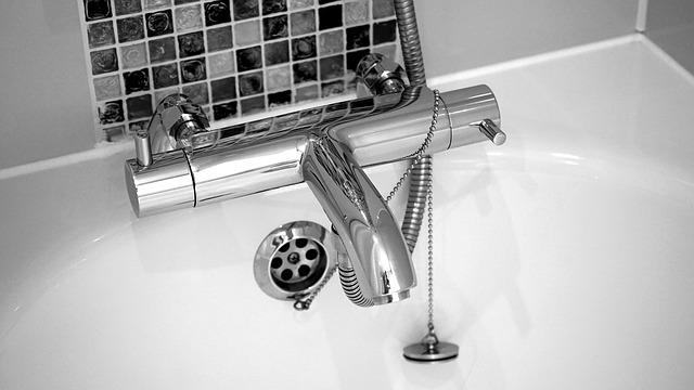 ניקוי ברזים במקלחת